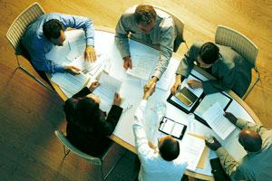 Persone sedute a una riunione aziendale