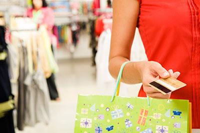 Una signora che fa acquisti in un negozio