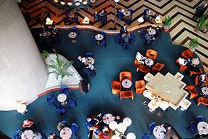 Veduta dall'alto dell'interno di un centro commerciale