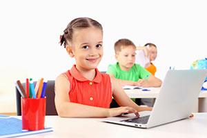 Bambini che navigano su Internet in classe connessi al Wi-Fi della scuola