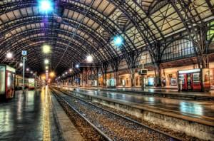 Galleria di una stazione con vista sui binari